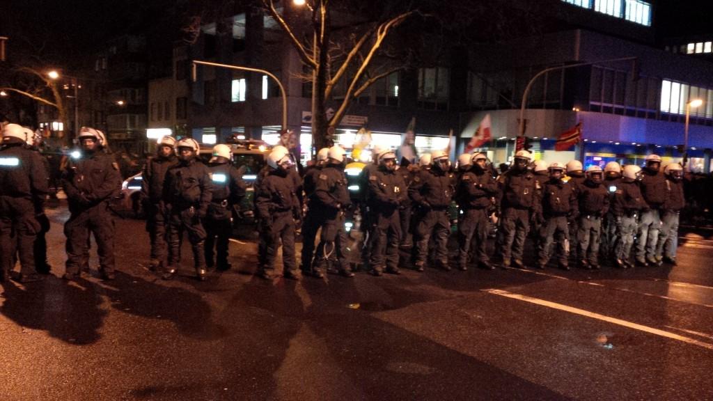 Die Polizei zwischen PEGIDA und Gegendemonstranten. (Foto: Sebastian Weiermann)