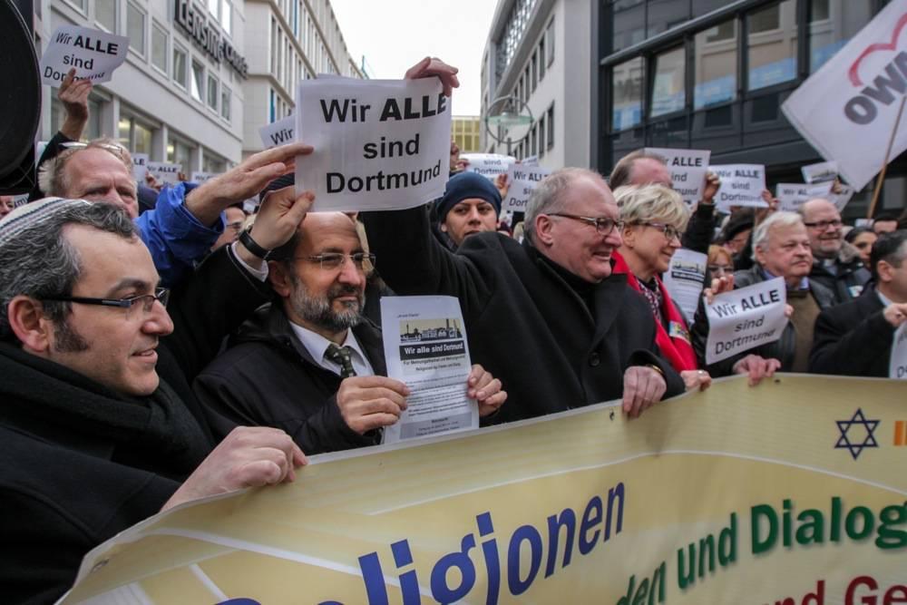 Rabbiner Avichai Apel und Ahmad Aweimer vom Rat der Muslimischen Gemeinden standen gemeinsam am Banner der Mahnwache. Foto: Felix Huesmann
