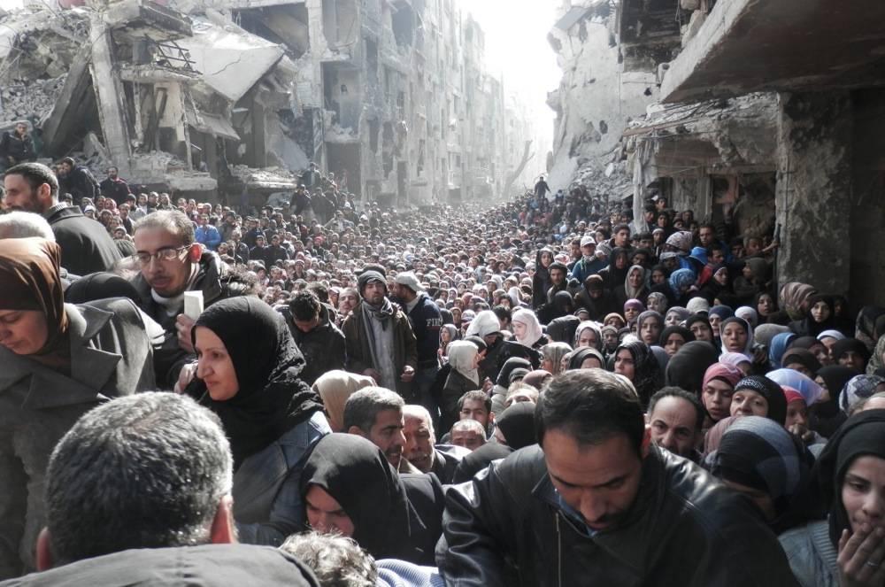 Tausende Menschen warten im Flüchtlingslager Yarmouk auf Hilfslieferungen. Foto: UNRWA