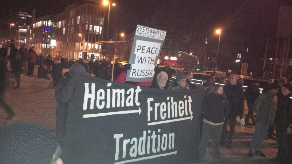 Rechts am Transparent Melanie Dittmer, bei einer Kundgebung in Köln (Foto: S.Weiermann)