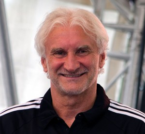 Bayer Leverkusens Sportchef Rudi Völler. Quelle: Wikipedia, Foto: Fuguito, Lizenz: CC-BY-SA 4.0