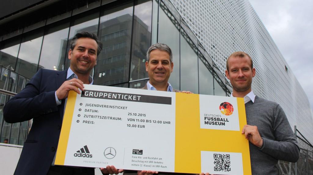 BU: Tim Pospischil (Sponsoring und Vertrieb), Museumsdirektor Manuel Neukirchner und Dr. Klaus Berding (Kaufmännischer Leiter) läuten den Online-Ticket-Verkauf beim Deutschen Fußballmuseum ein.