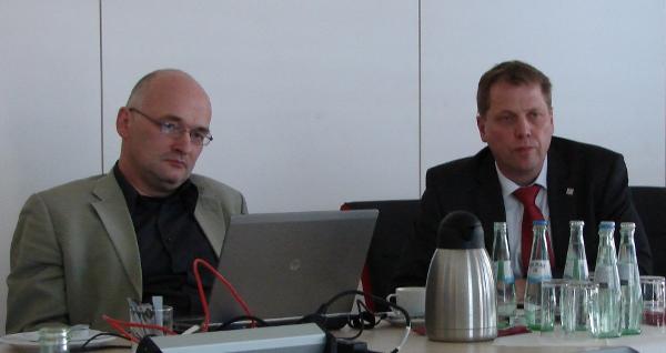 Elmar Thyen (li.) und Stefan Paul (re.) zogen heute in Lünen eine erste Bilanz für 'ihr' neues Kraftwerk. Foto: Robin Patzwaldt