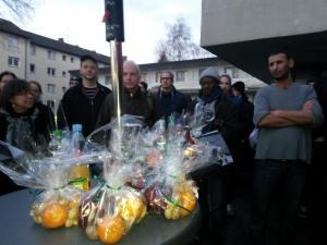 Duisburg: Flüchtlingsempfang vor Sammelunterkunft.