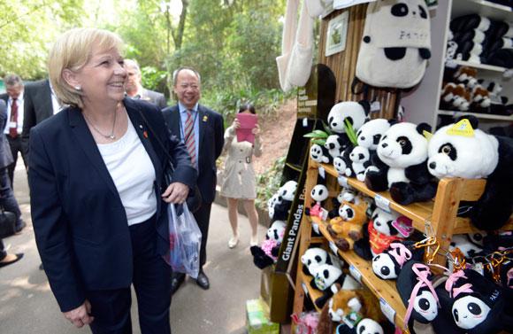 Hannelore Kraft begutachtet die  chinesische Fleischbärenproduktion Foto: Land NRW / R. Pfeil