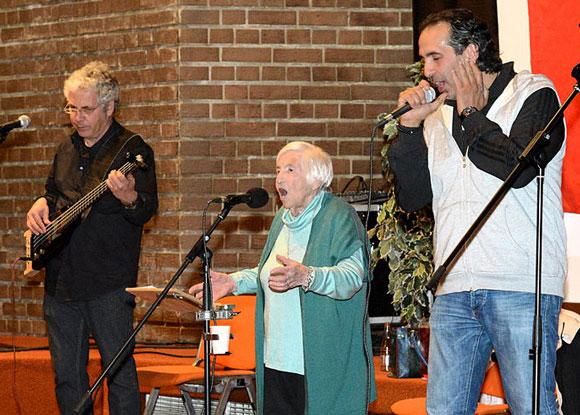 Kutlu Yurtseven (Microphone Mafia) bei einem Auftritt mit Esther und Joram Bejarano, April 2015 (Ausschnitt) Foto: Jwh Lizenz: CC BY-SA 3.0 lu