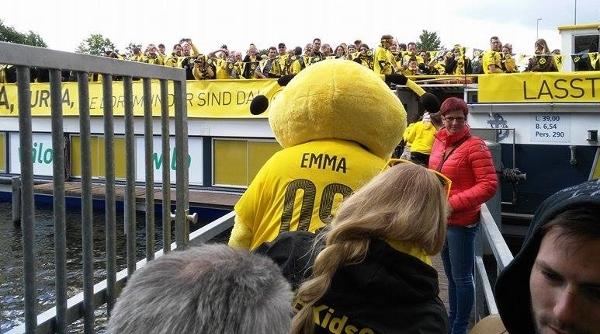 Andere BVB-Fans unternehmen mit Maskottchen Emma eine Bootsfahrt. Foto: Datteln Kohle Kanal