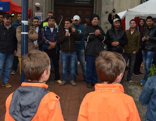 Chor singt zum Willkommen der syrischen Flüchtlinge an der Katharinentreppe
