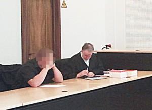 Angeklagter und Anwalt im Gericht