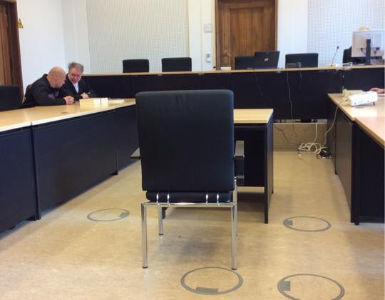 Der Angeklagte B. mit Anwalt Andre Picker im Gerichtsaal