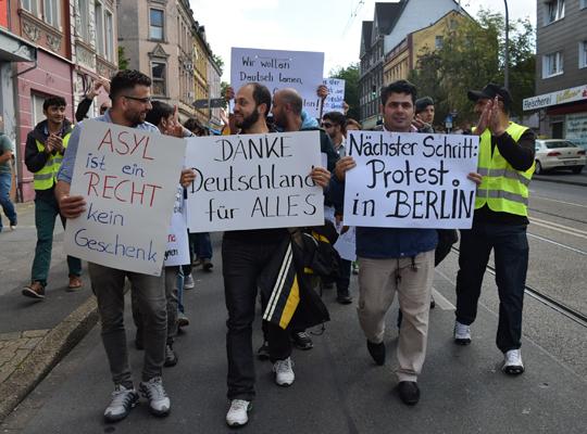 Syrer demonstrieren vor dem Bundesamt für Migration und Flüchtlinge, Foto: Ulrike Märkel