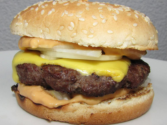Cheeseburger Foto: Thogru  Lizenz: CC BY 3.0