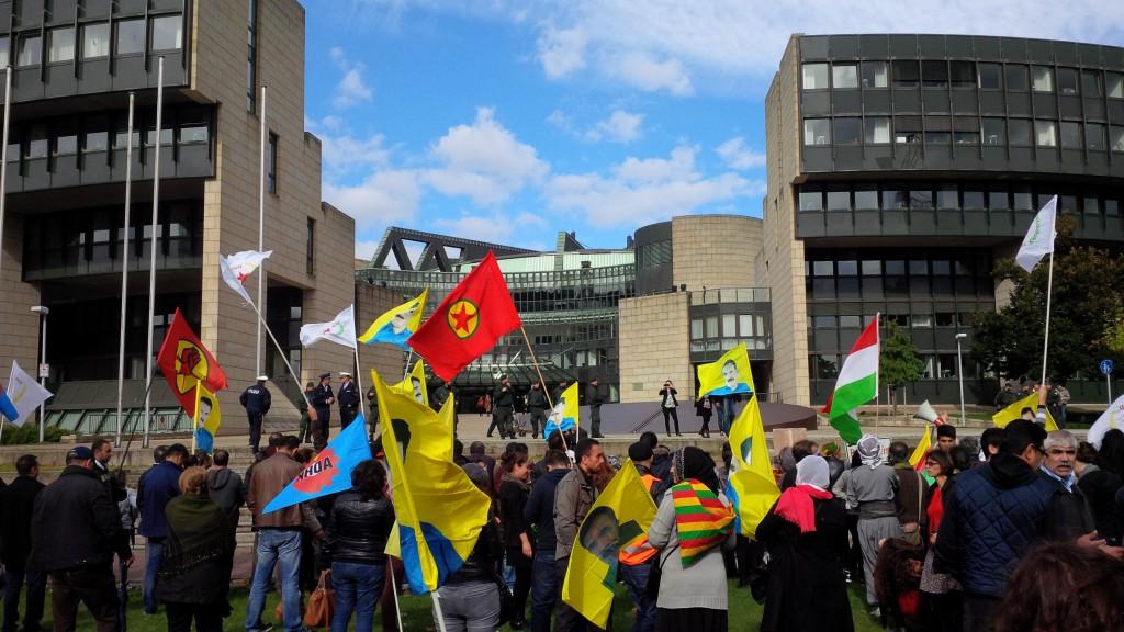 Die PKK-Fahne vorm NRW Landtag, bei einer Demonstration im letzten Herbst.