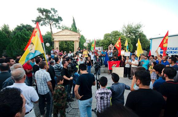 """Gestern in Sulmanya. Demo der Partei Gorran """"the change movement"""" und PKK und YPG Anhängern in der Nähe des Basars. Foto: Enno Lenze Lizenz: Copyright"""