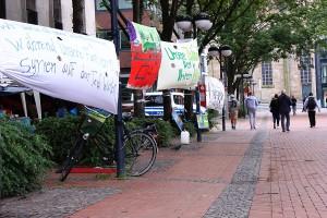 Transparente mit Forderungen am Protestcamp syrischer Geflüchteter in Dortmund, Innenstadt