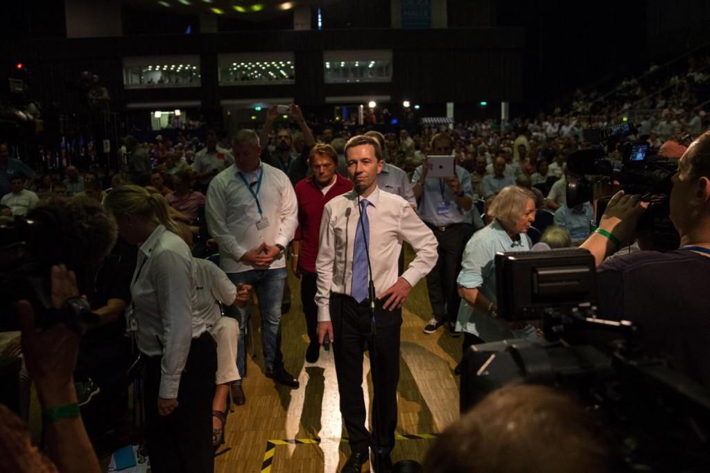Bernd Lucke, beim Versuch auf dem Parteitag zu sprechen. (Foto: Felix Huesmann)