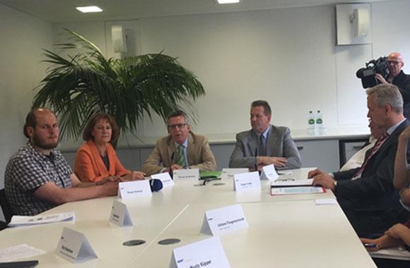 v.l.n.r:  Steven Hartung, Naziaussteiger, WDR Moderatorin Maria Sand-Kubow, Bundesinnenminister Thomas de Maizière und Dortmund Polizeichef Gregor Lange