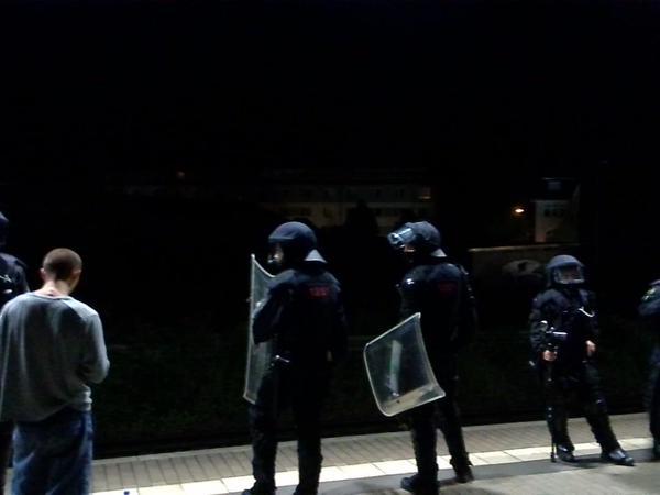 Polizei am Bahnhof Heidenau, nachdem Antifaschisten mit Steinen beworfen wurden.