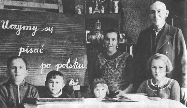 Vermutlich 20er Jahre: Polnische Kinder lernen polnisch in Deutschland. Quelle: Botschaft Polens.