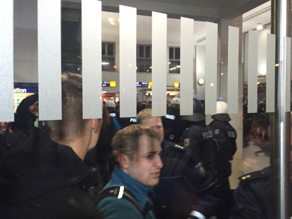 Die Rechte Ratsmitglied Michael Brück machte am Hauptbahnhof einen bedrängten Eindruck.