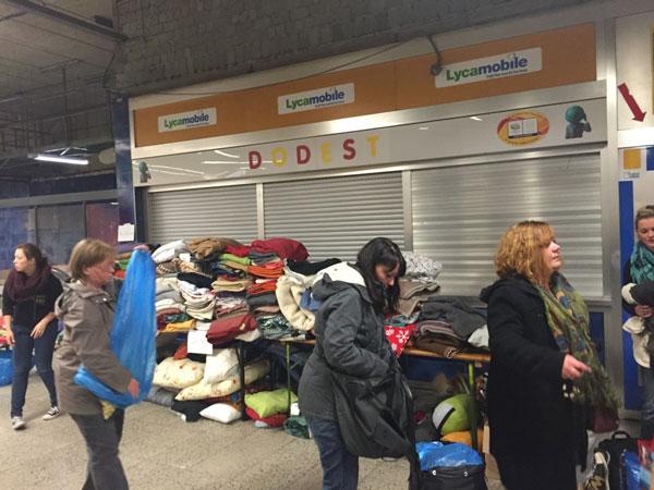 Hunderte Dortmunder kamen zum Bahnhof um den Flüchtlingen zu helfen.