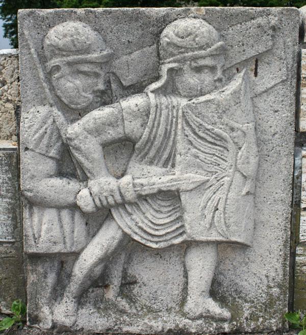 Originalgetreue Nachbildung eines Reliefs einer Spolie, die dem Prätorium des Legionslagers zugeordnet wird. Foto: Martin Bahmann Lizenz: CC BY-SA 3.0