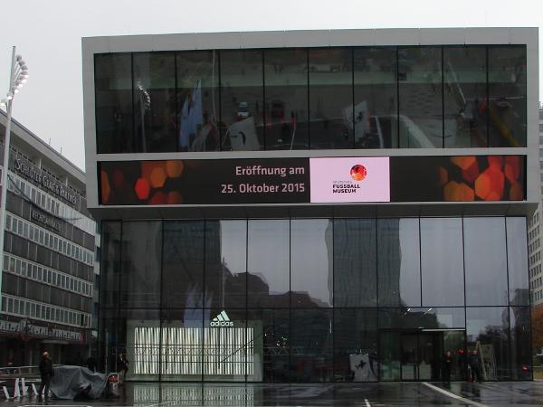 Am Fußballmuseum in Dortmund. Foto: Robin Patzwaldt