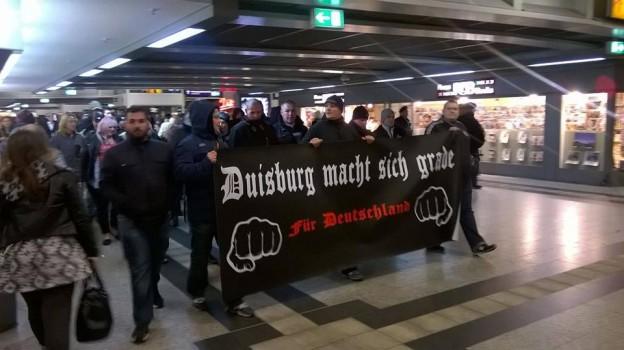 Daumen raus: Pegida-Hools im Duisburger HBF. Bild: BgDZ
