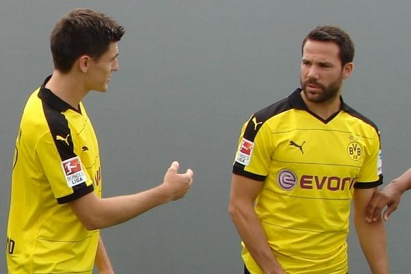 Jonas Hofmann (li.) kann sich jetzt von seinen alten Teamkollegen aus Dortmund verabschieden. Foto: Robin Patzwaldt
