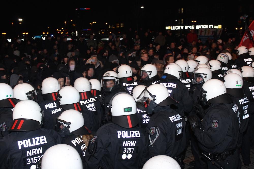 Verdichtungsszene Duisburg Hauptbahnhof: Polizei gegen Anti-Pegida-Demo