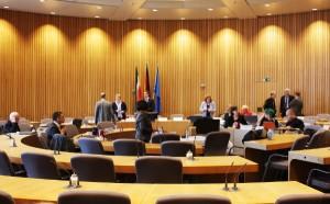 Plenarsaal im NRW-Landtag: kreisförmige Sitzreihen mit Abgeordneten.
