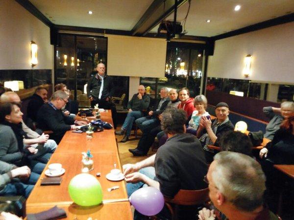 Duisburgs bürgerliche Antifas bei Kaffee und Köpi in Bahnofsnähe. Bild: Mupfl