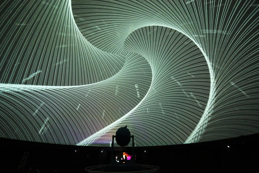 """Die Kuppel des Planetariums setzt Kai Schumachers stark visuell geprägte Grundidee zum Album """"Insomnia"""" mit Bildern des Berliner Videokünstlers Marco Moo in Szene (Foto: Marco Moo)"""
