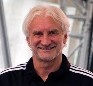 Rudi Völler kann auch lächeln. Quelle: Wikipedia: Foto: Fuguito, Lizenz: CC-BY-SA 4.0
