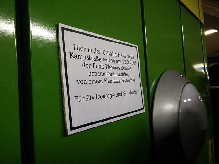 Die improvisierte Gedenktafel in der U-Bahn-Haltestelle Kampstraße. (Foto: Felix Huesmann)