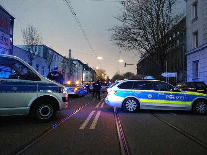 Punks gekesselt, Rheinische Straße gesperrt. (Foto: Felix Huesmann)
