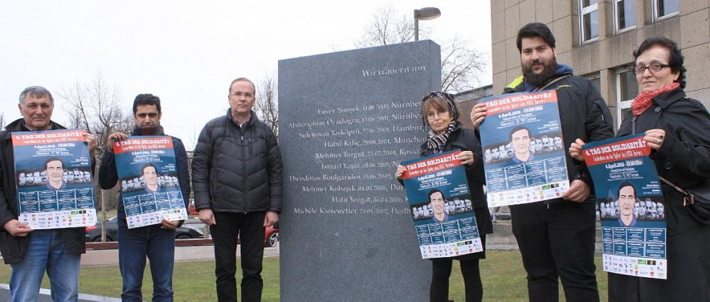 """VertreterInnen von Organisationen mit Plakaten """"Tag der Solidarität"""" vor dem NSU-Mahnmal am Dortmunder Hauptbahnhof."""