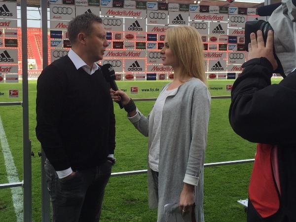 Britta Hofmann interviewt Schalke-Trainer Andre Breitenreiter.