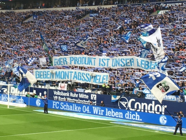 Die Fans in Gelsenkirchen sind voll engagiert. Foto: Michael Kamps
