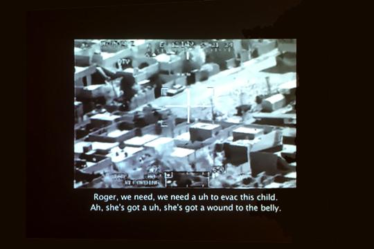 """""""Collateral Murder"""": Bord-Video eines Kampfhubschraubers im Irakkrieg, Foto: Video Ausstellung HMKV"""