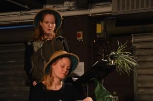 Julia Schubert, Bettina Lieder in In Ewigkeit Ameisen (Foto: Matthias Seier)