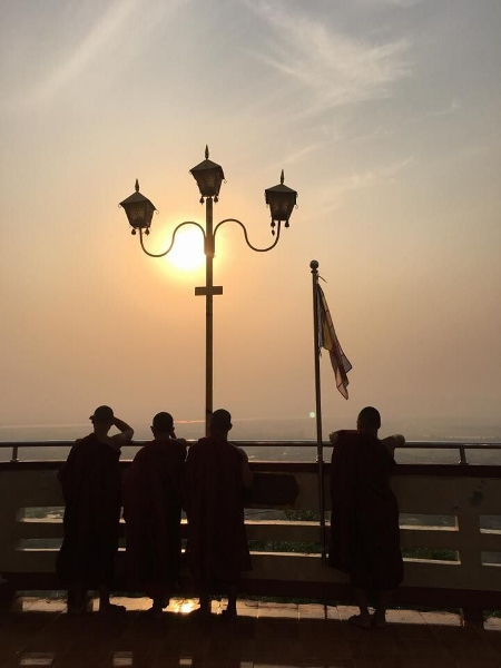 Mönche auf dem Mandalay Hill (450x600)