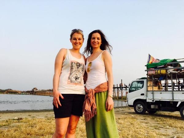 Franziska Krasnici (rechts) und ihre sie zeitweise begleitende Freundin in Myanmar.