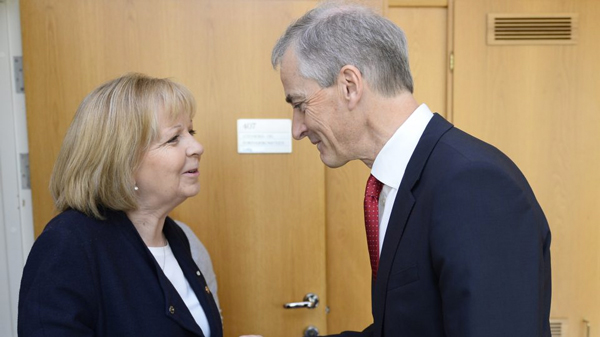Der Parteivorsitzende der norwegischen Sozialdemokraten und Außenminister a.D. Jonas Gahr Støre begrüsst die NRW Ministerpräsidentin Hannelore Kraft während ihres Besuchs in Norwegen im Parlament. Foto: Land NRW / R. Pfeil