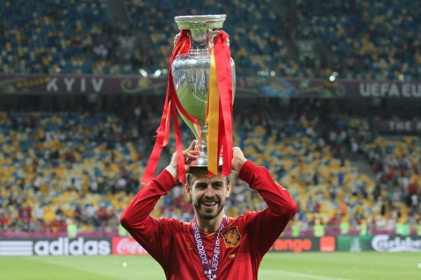 Wer kriegt diesmal den Pokal? Quelle: Wikipedia, Foto: Football.ua, Lizenz: CC BY-SA 3.0
