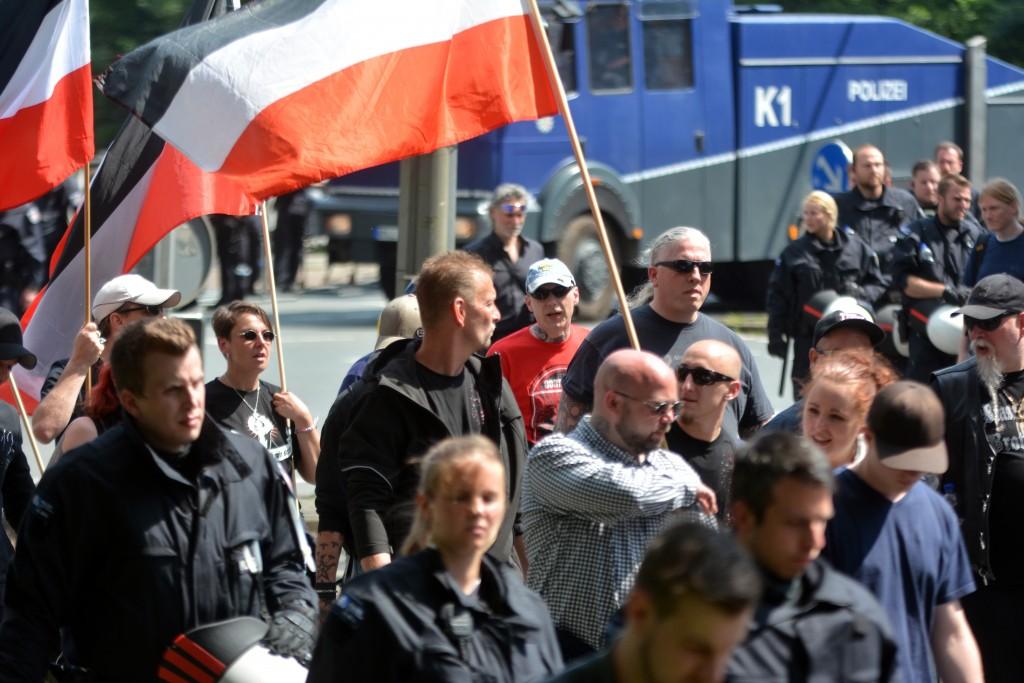 """Im roten Shirt, mit blauer Kappe """"Combat 18"""" Mann Marko Gottschalk. Bild: Sören Kohlhuber"""