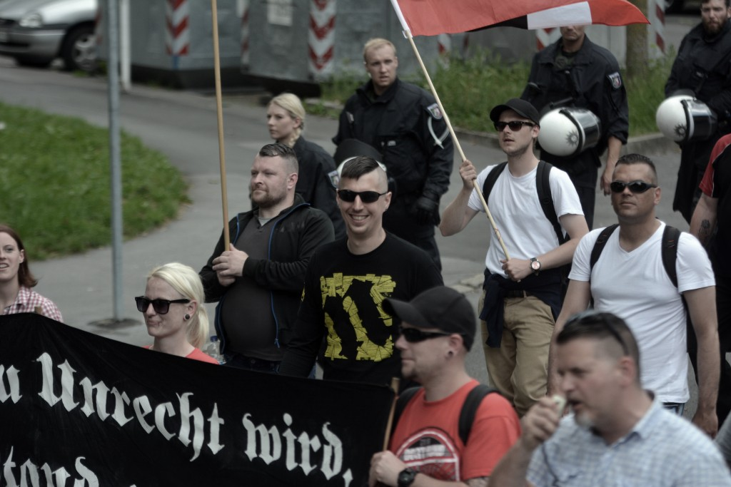 Grinsend mit Sonnenbrille Zschäpes Brieffreund Robin Schmiemann. Vorne Rechts Thorsten Heise. Bild: Sören Kohlhuber
