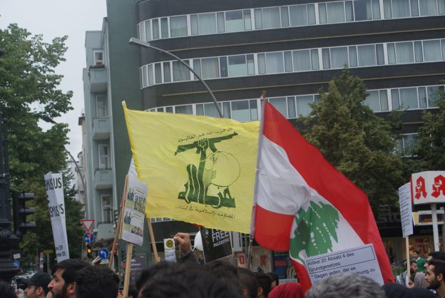 Hezbollah-Flagge auf dem Al-Qud-Tag 2016 in Berlin
