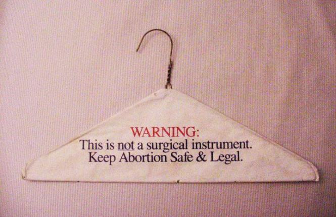 In Polen tobt der Krieg um die Abtreibung. Die Pro-Choice-Seite hat ein eingängiges Symbol etabliert: den Kleiderbügel (Foto: Madzia Kowalczuk/Facebook)