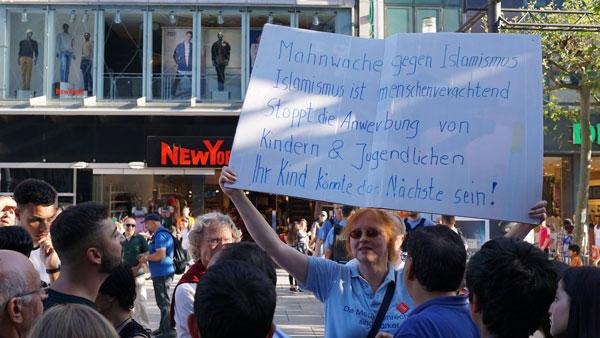 Sigrud Herrmann-Marschall auf der Mahnwache gegen Salafisten auf der Zeil in Frankfurt.